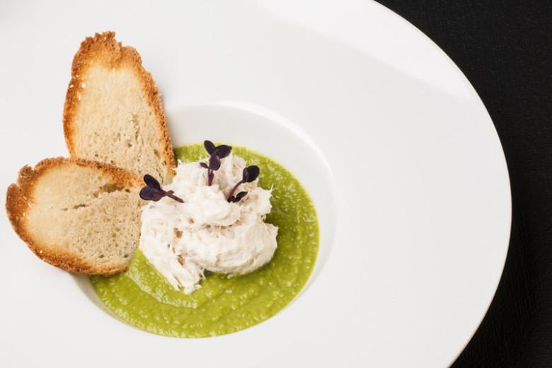 Crema di piselli novelli con nuvola di baccalà Tagliapietra mantecato e petali di pane tostato